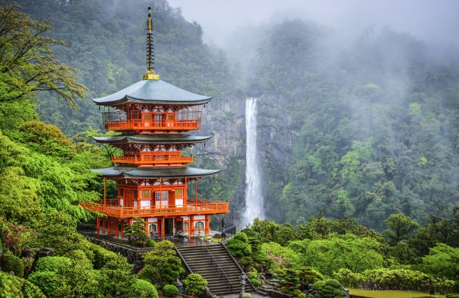 South of Kyoto and Osaka lies the Kii Peninsula where you can see Shintō shrines and Buddhist temples